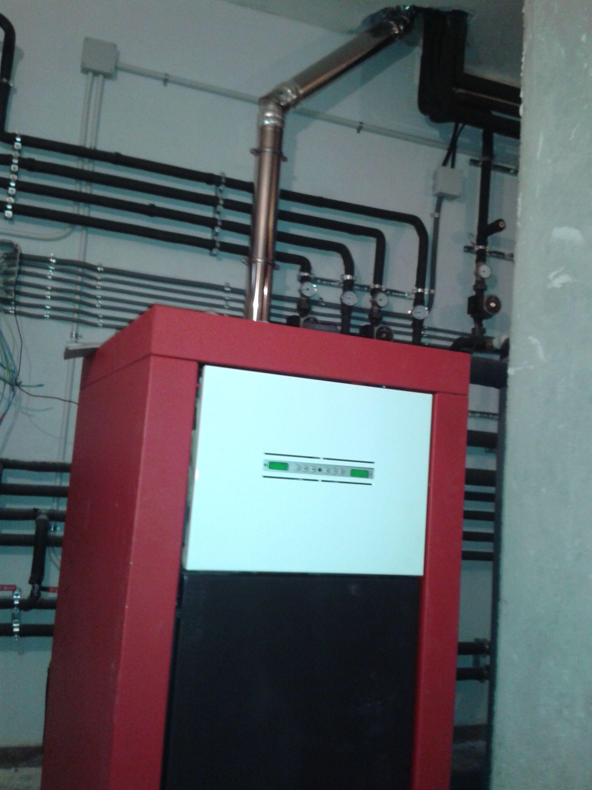 Caldera de pellet edilkamin basic para radiadores y agua caliente instalaciones con edilkamin - Caldera pellets agua y calefaccion ...
