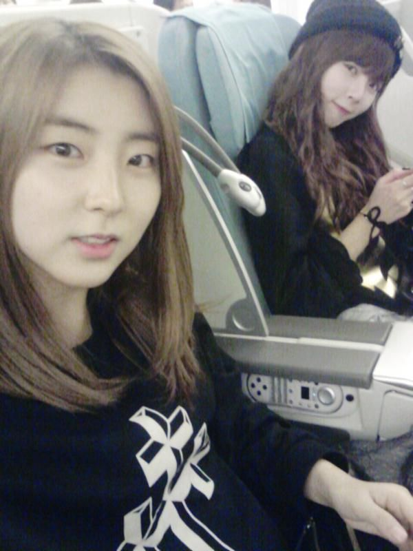 4minute's Sohyun snaps a selca with HyunA on their way to Los Angeles
