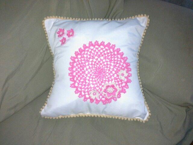 Cushion with crochet doily - almohadón con aplique de crochet
