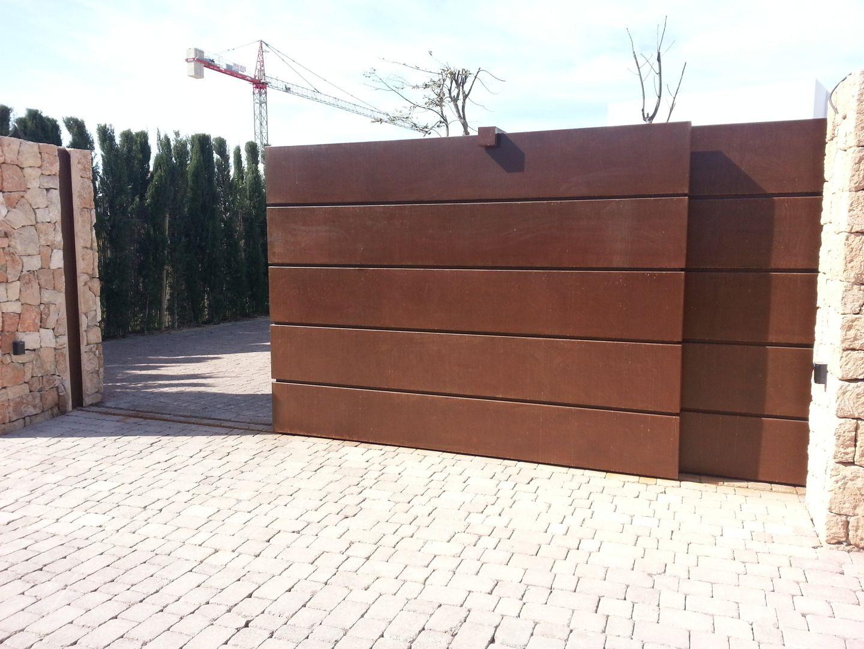 Puerta motorizada en acero corten pinteres for Puerta garaje metalica