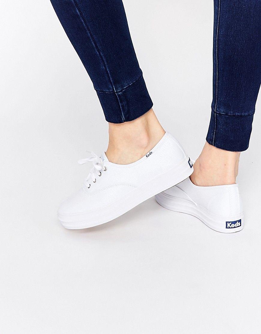 c61ee390 Zapatillas de lona blancasTriple Core Champion de Keds. Zapatillas de  deporte de Keds Exterior de lona Cierre con cordones Detalle de la marca a  un lado ...