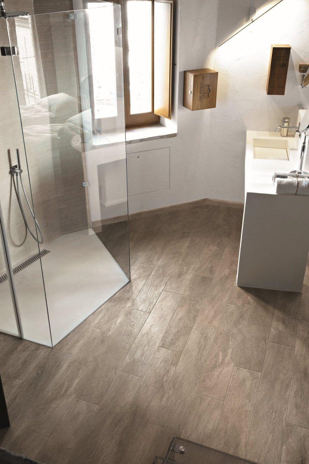 Houtlook in de badkamer met keramische vloertegels met houtlook van ...