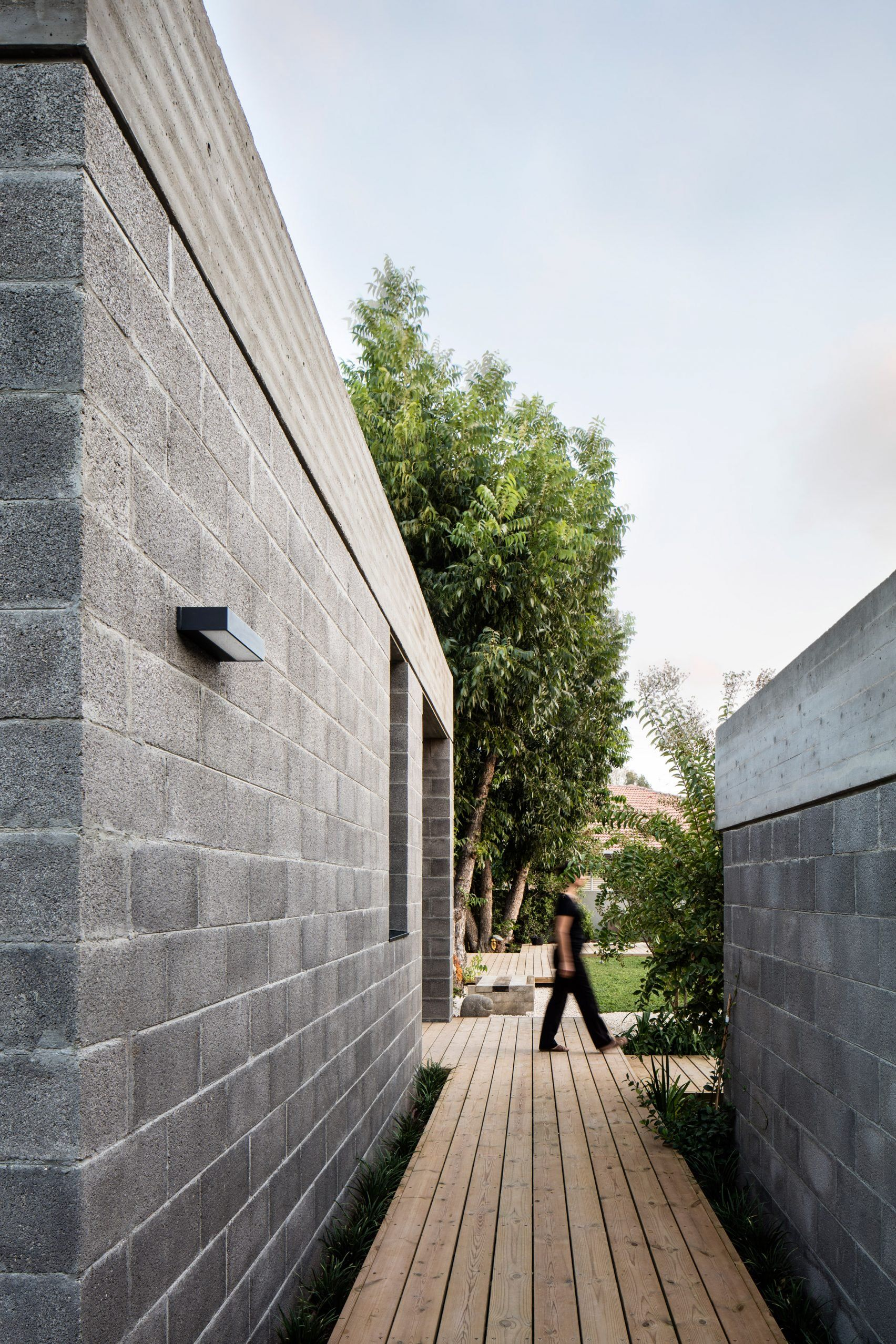 Capping Detail Board Formed Concrete With Negative Detail Over Concrete Blockwork Israeli Architect Coup Concrete Houses Architect House Cinder Block House