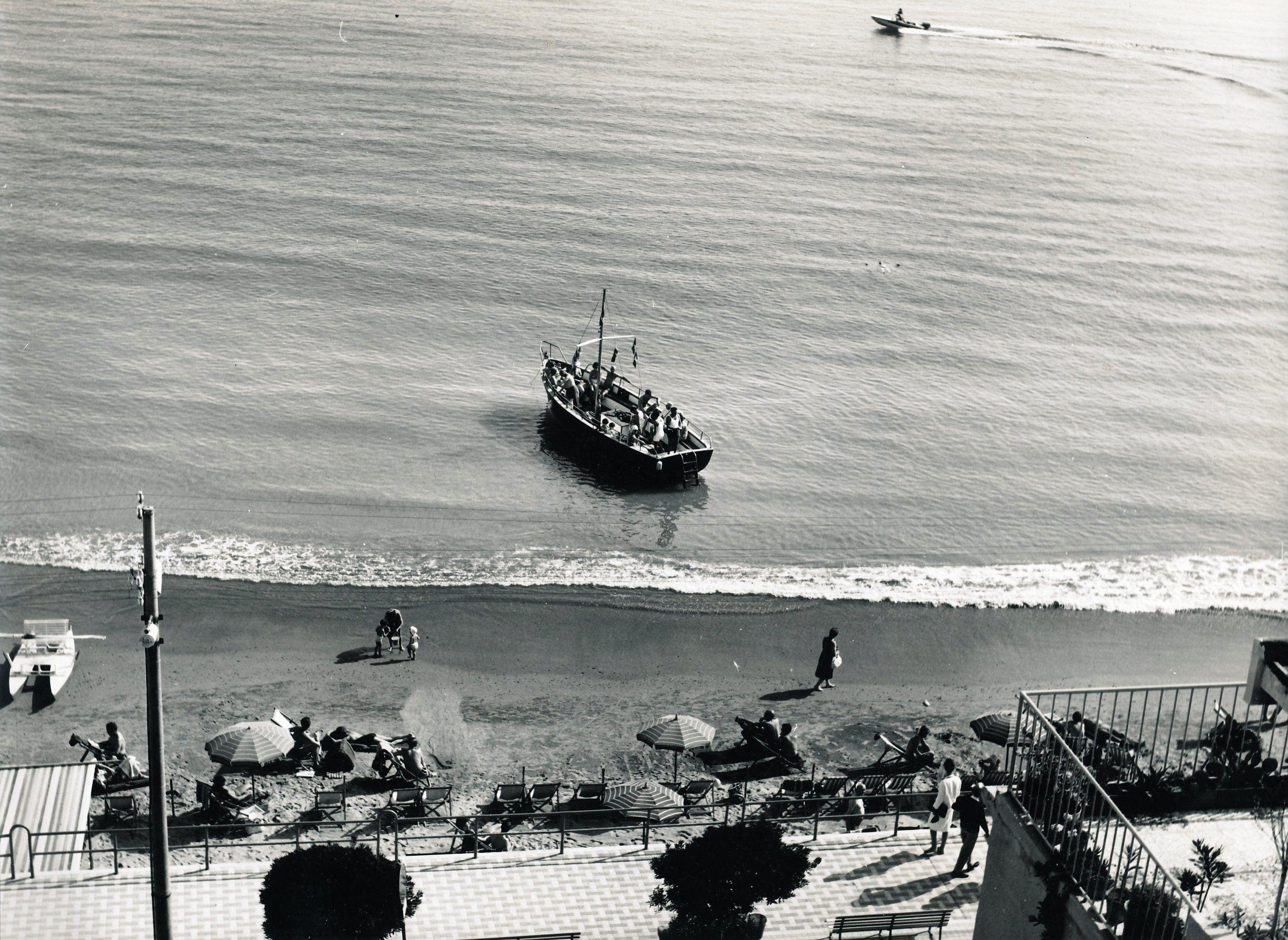 La spiaggia di Laigueglia / Laigueglia beach (anni 1950 ...