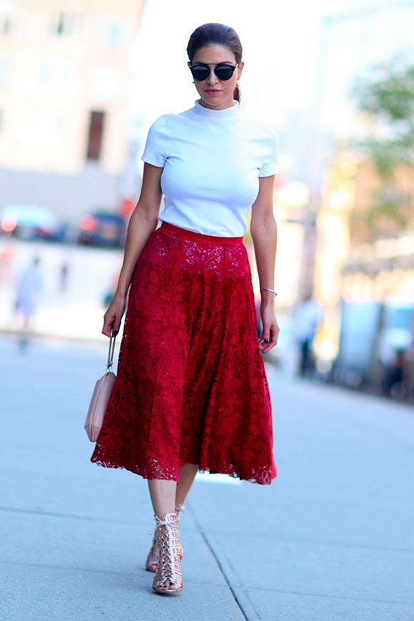 058d5e6887 Look com blusa turtleneck e saia rendada vermelha