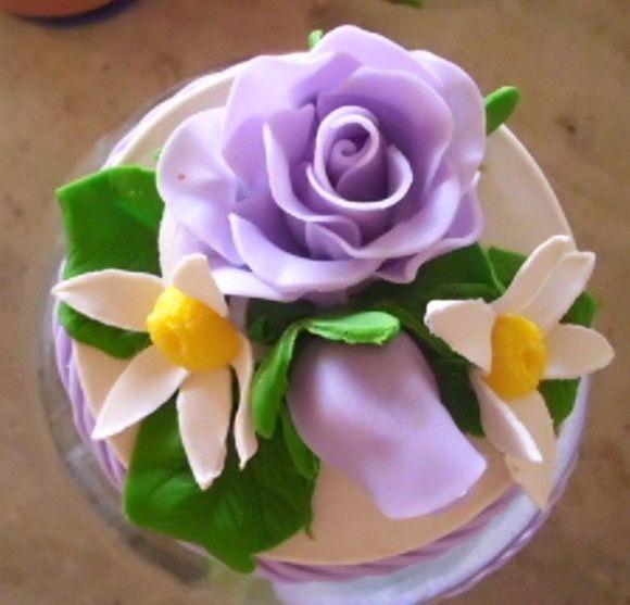 pote de vidro com capacidade para 2,5 litros , todo decorado com lindíssimas rosas de biscuit de cor lilás . Uma ótima opção para presentes.