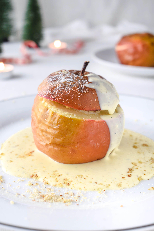 Leckeres Einfaches Weihnachtsessen.Klassischer Bratapfel Mit Vanillesauce Und Marzipan Nuss Füllung