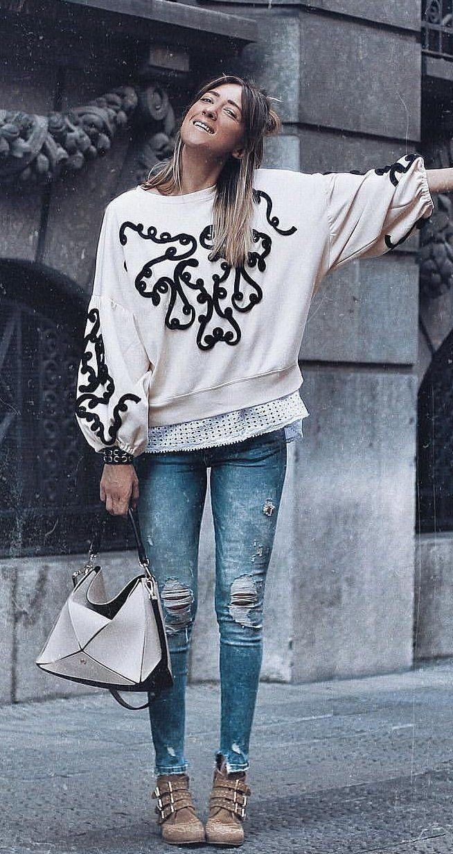 #fall #outfits top manga larga con cuello redondo floral blanco y negro para mujer con jeans ajustados azules