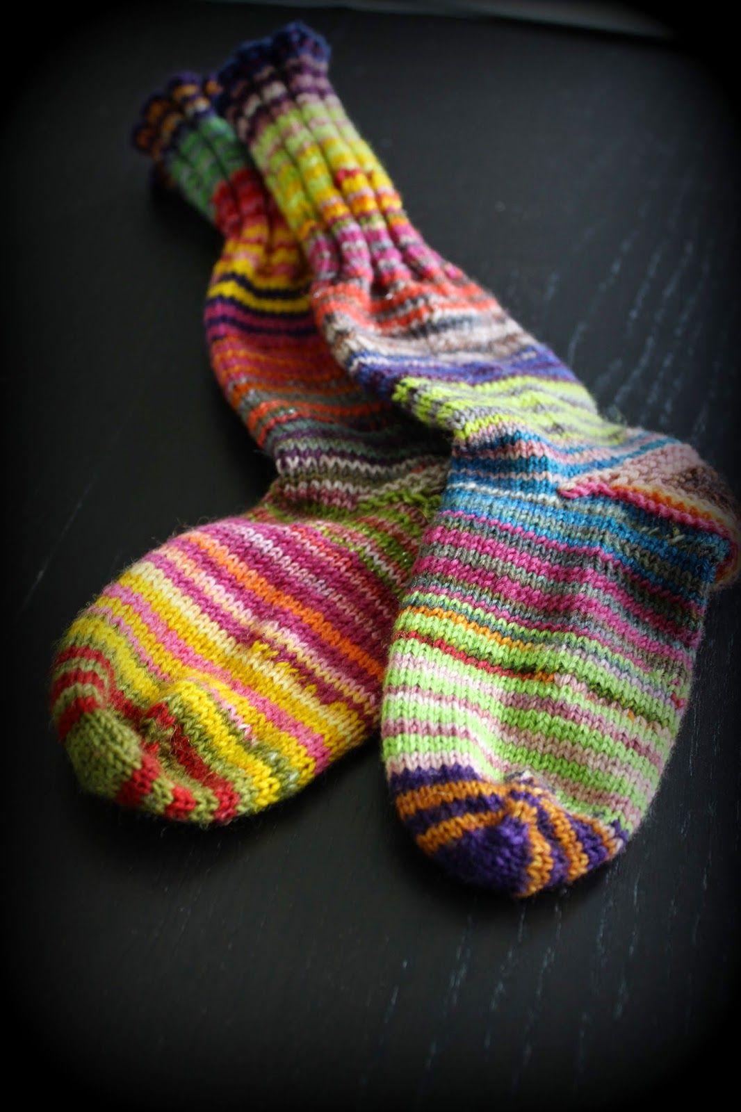 (Tässä ohjeet koon 38 sukalle ohuella  sukkalangalla varpaista varteen. Jos haluat käyttää paksumpaa lankaa,  tehdä eri kokoiset sukat tai ...
