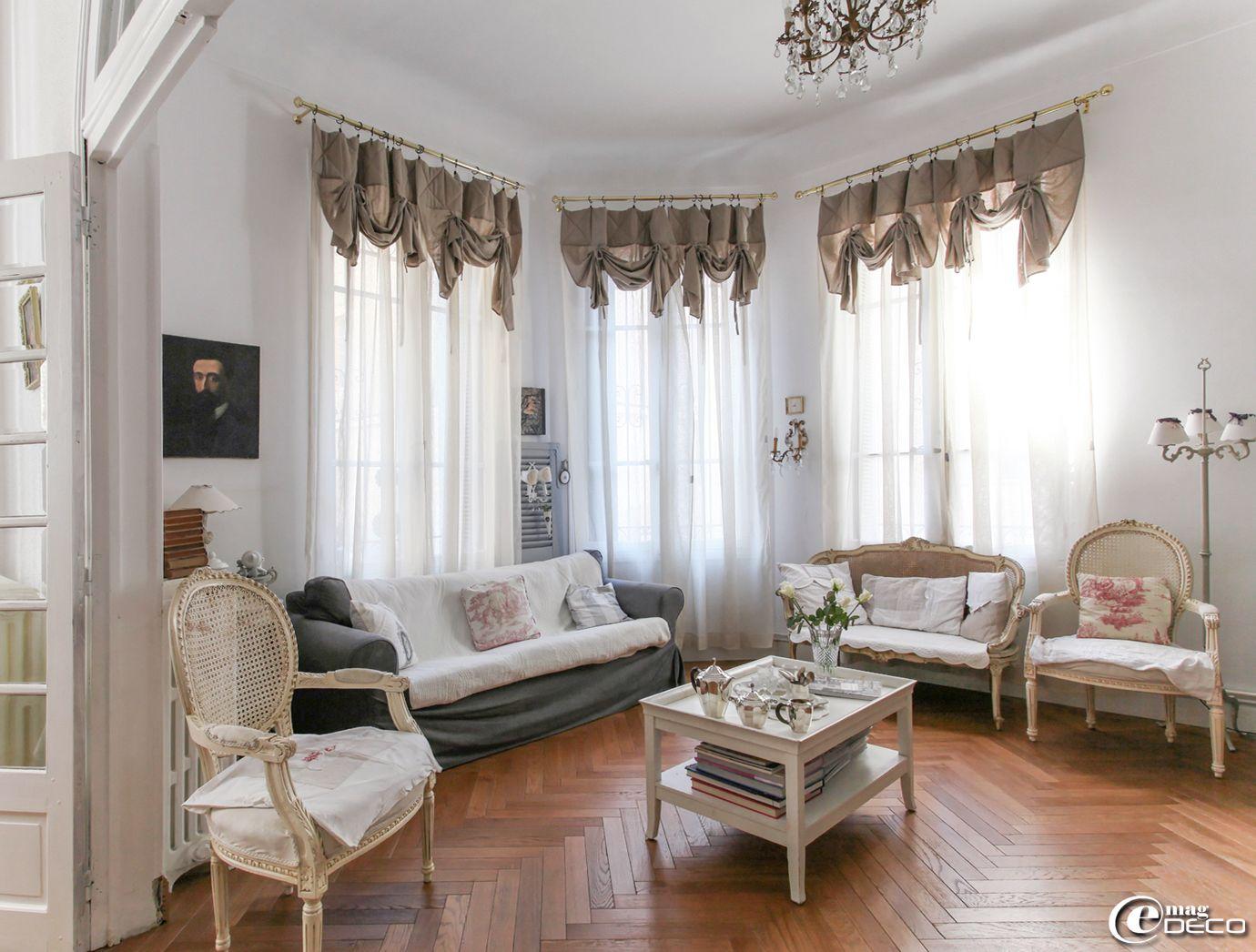 pour donner un c t th tral trois grandes fen tres dans un salon des rideaux en lin. Black Bedroom Furniture Sets. Home Design Ideas