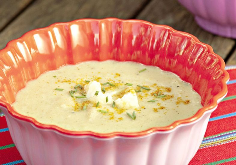 """Se você gosta de especiarias e está em busca de um prato quente, a <a href=""""http://mdemulher.abril.com.br/culinaria/receitas/receita-de-sopa-couve-flor-curry-especiarias-621153.shtml"""" target=""""_blank"""">sopa de couve-flor com curry</a> pode ser a solução!"""