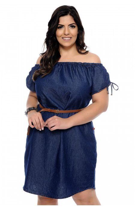 a163ba79a Vestido jeans plus size com decote ombro a ombro regulável por amarração.  Esse vestido jeans