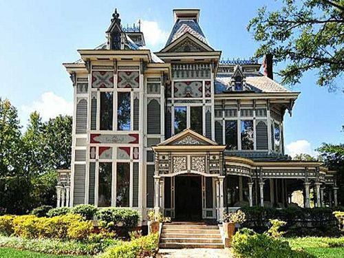22 Memorable Old Houses From Movies Victorian Homes Old Houses Celebrity Houses
