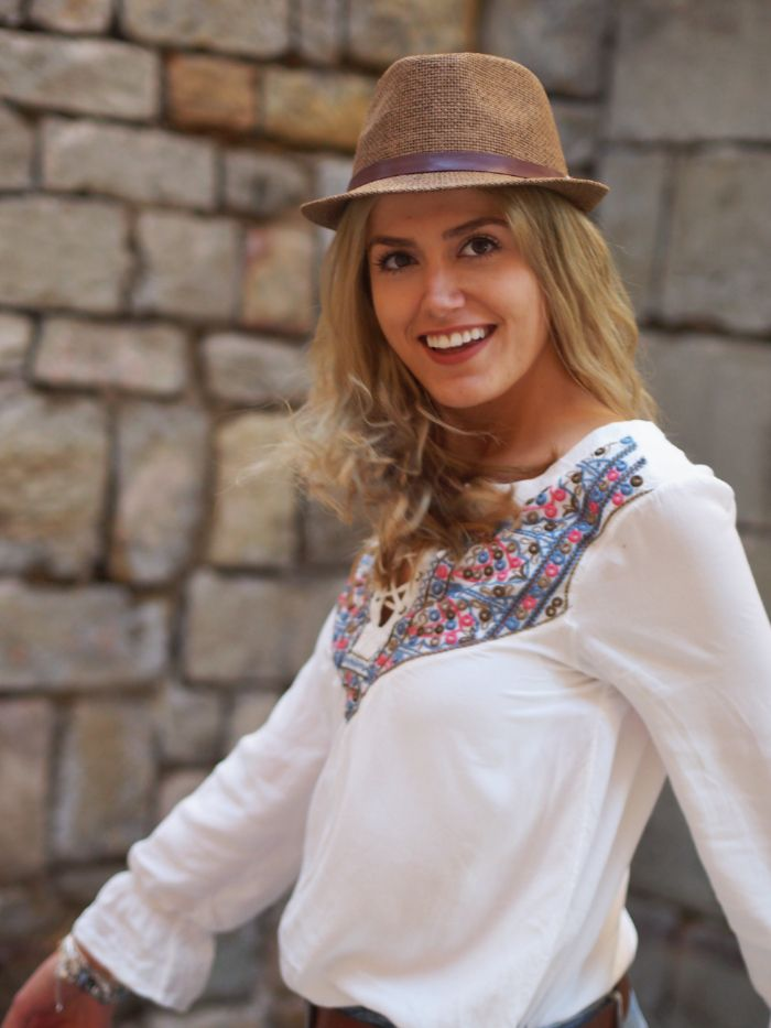 weiße Tunika, Beiger Hut Outfit Urlaub