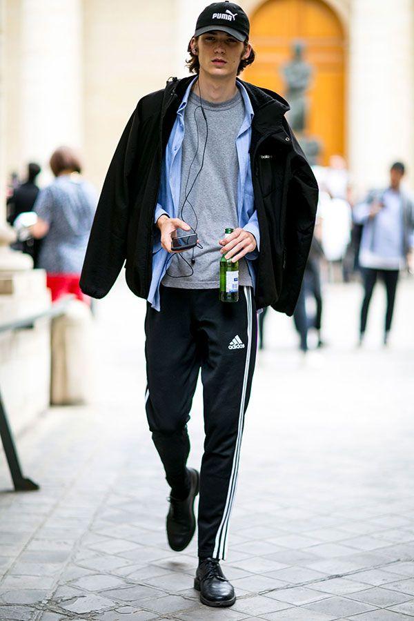 黒PUMAキャップ×黒パーカーブルゾン×青シャツ×グレーTシャツ×adidas黒ジャージパンツ×黒ダービーシューズ