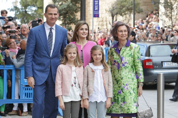 En la que fue segundaSemana Santa desde que son Reyes, Felipe y Letizia siguieron con la tradición y, acompañados de sus hijas y la reina Sofía, asistían a la Misa de Pascua en Palma de Mallorca.