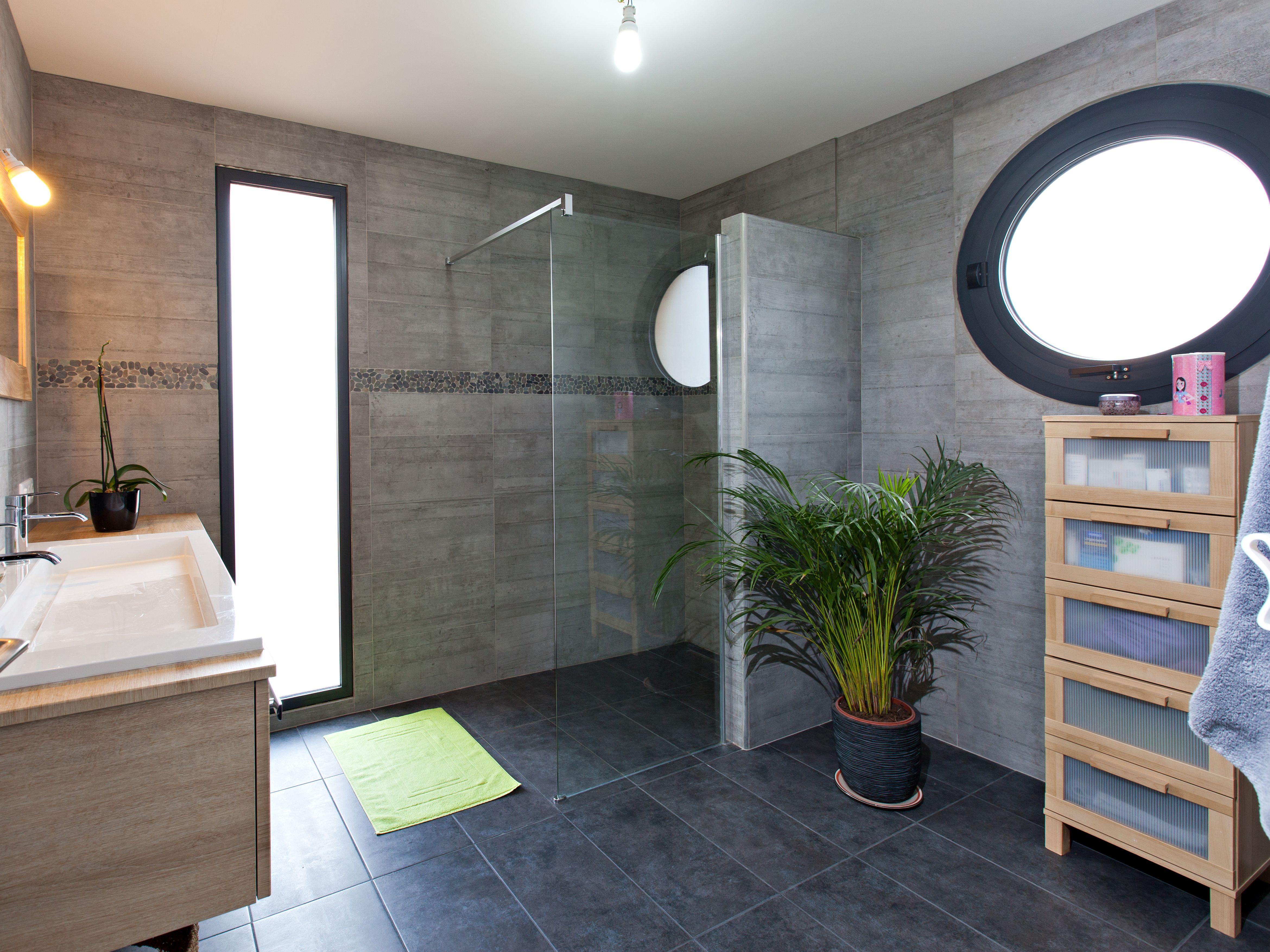 une salle de bains dans les tons gris avec une douche a l italienne leroymerlin salledebain bathroom douche italienne fenetre dans douche paroi de douche