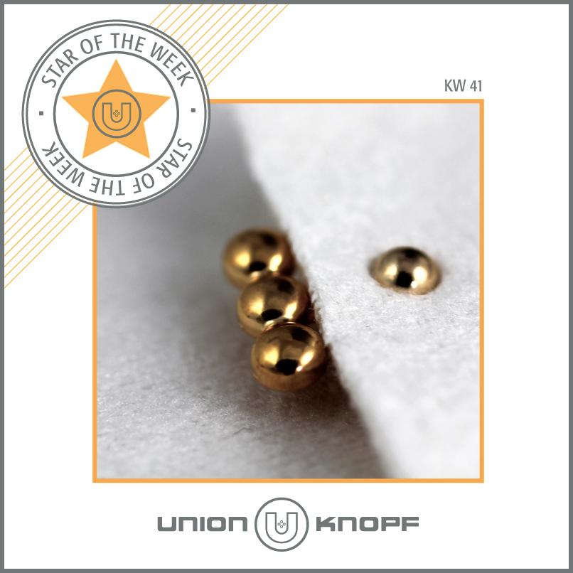 Star of the week – KW#41 Aus der Herbst/Winter-Kollektion 2015/16 der DOB: Eine neue Dekoniete, die die Kanten von Hoseneingriffen oder Revers aufwertet und als Eyecatcher fungiert. #gold #niete #accessoires #womenswear #newcollection #unionknopf