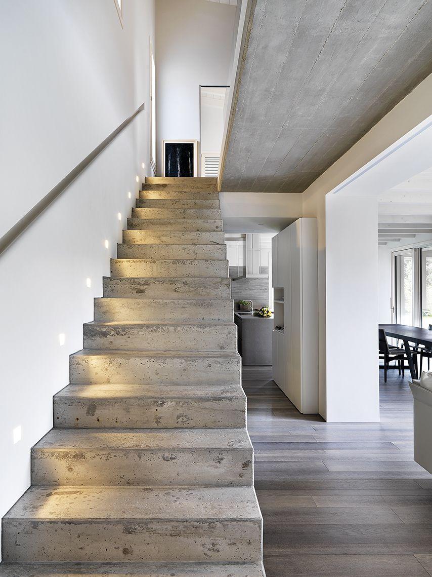 Progettare con la luce primo piano della spettacolare scala in cemento armato a vista la sua - Scale in cemento armato ...