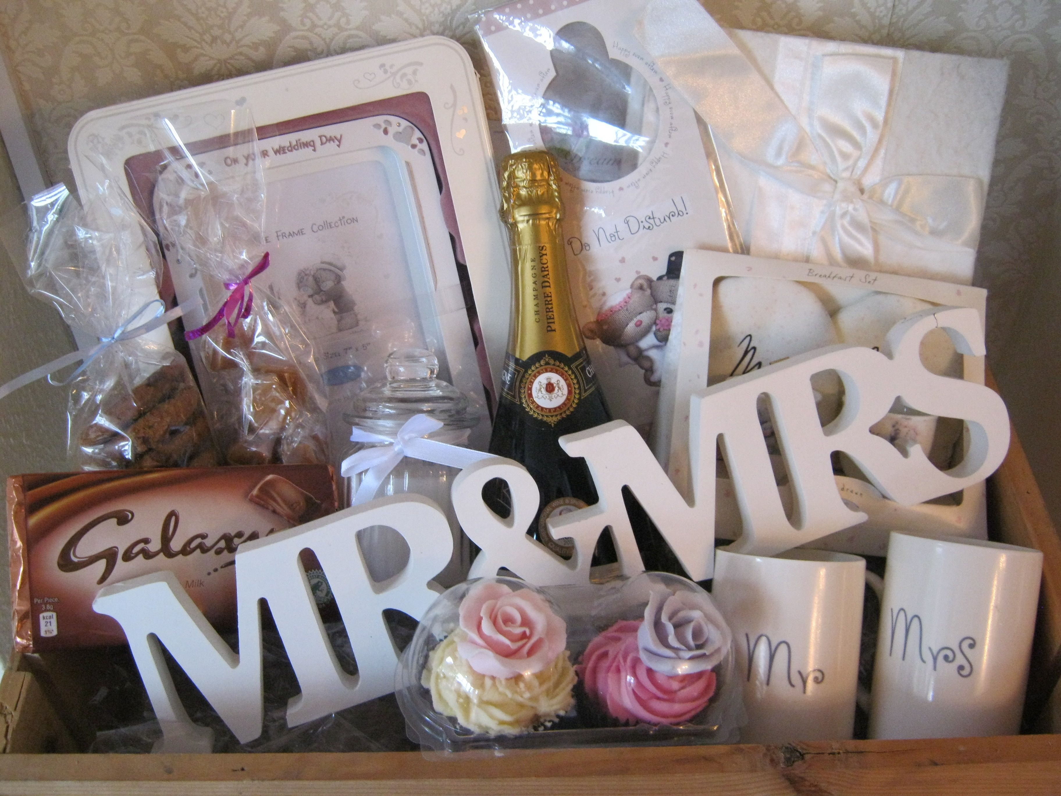 Wedding Photo Gift Ideas: Wedding Hamper Www.chic-dreams.co.uk