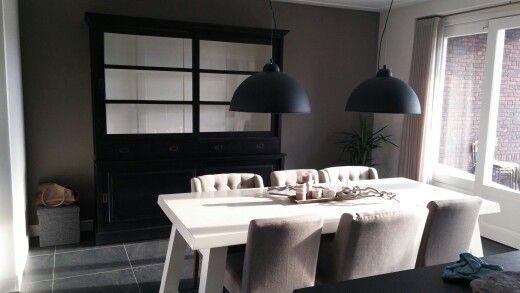 Landelijke keuken met zwarte buffetkast witte tafel en golden sun lampen keuken pinterest - Keuken witte tafel ...
