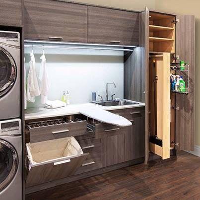 strijkplank bij aanrecht met wasmachine en wasbak, materiaal en kleuren geheel niet mooi, mar het idee. lijkt praktisch #designbuanderie