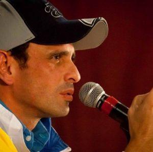 """CAPRILES """"LE TIRA DURO"""" A DIRIGENTES DE OPOSICIÓN  El gobernador del estado Miranda, Henrique Capriles, defendióla lucha electoral contra la Revolución Bolivariana, rechazando la vía armada ..."""