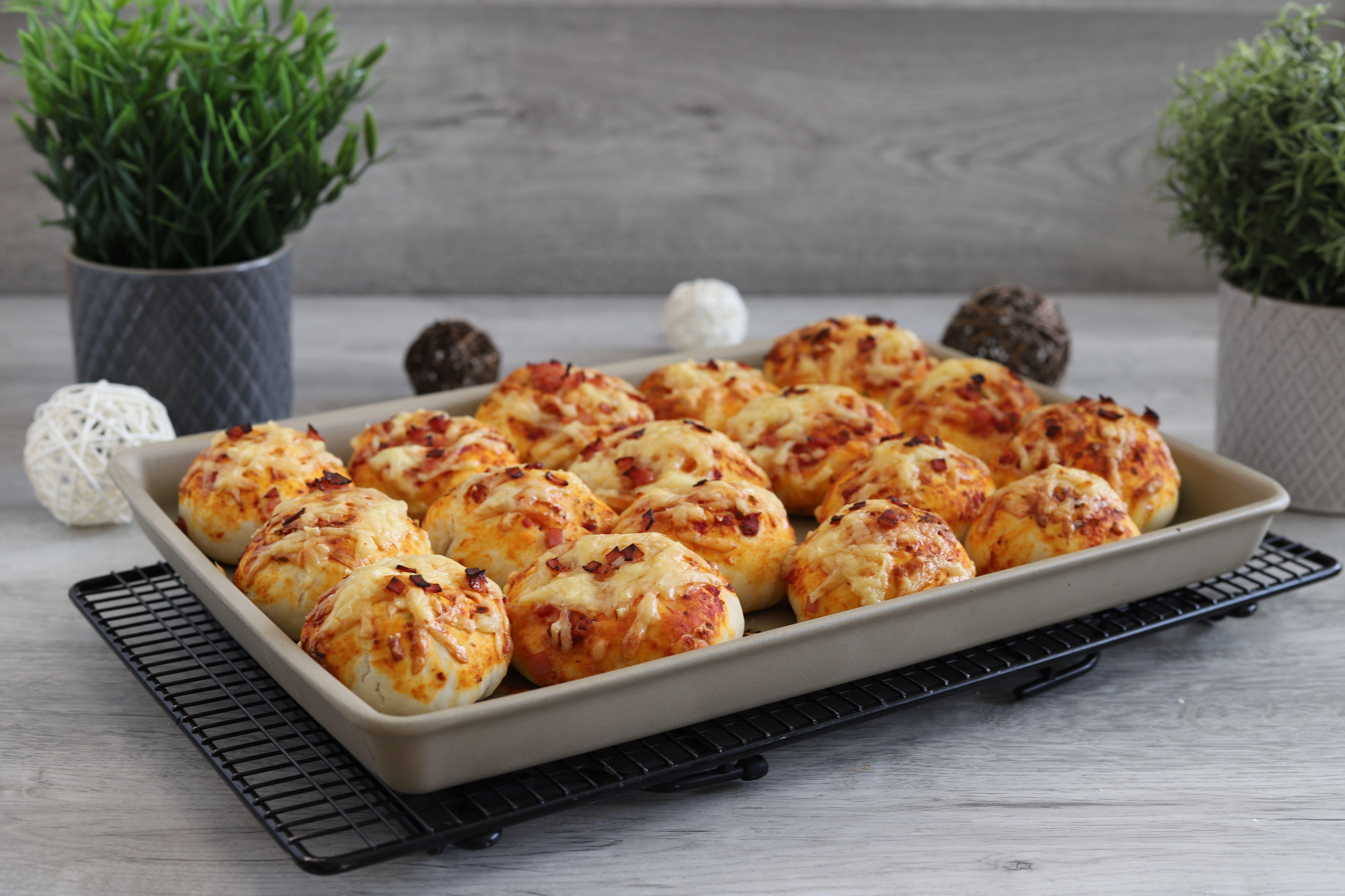 Gefüllte Pizzabrötchen auf der White Lady oder Ofenzauberer von Pampered Chef®