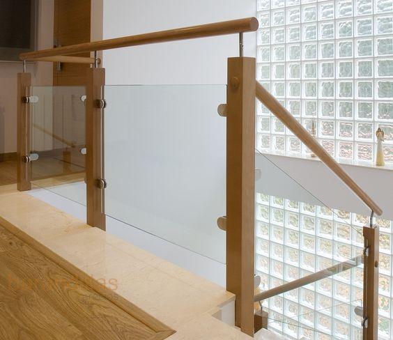 Barandilla de madera y cristal Montantes de 70x70, pasamano redondo