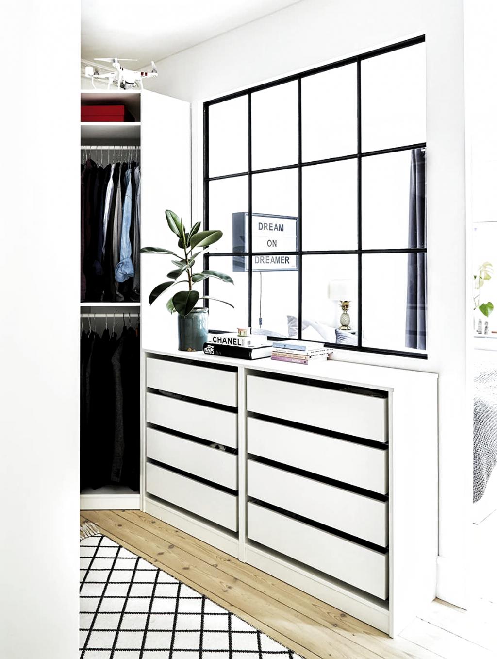 Sadan Laver Du Et Walk In Closet Selv Boligmagasinet Dk Ankleidezimmer Ikea Kommode In 2020 Ankleidezimmer Ankleide Zimmer Ankleiderzimmer
