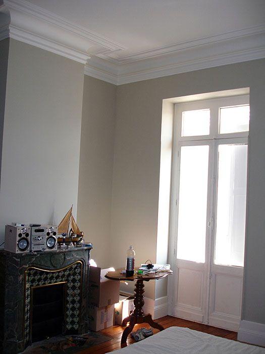 piéce avec cheminée et fenêtre