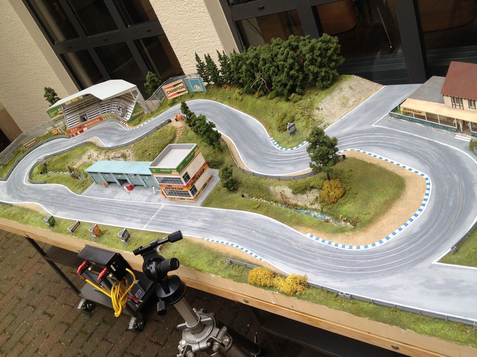 h0 Race Track in true scale with extended scenery Slot