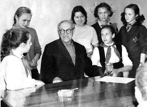 М.А. Лаврентьев с учащимися школ Академгородка