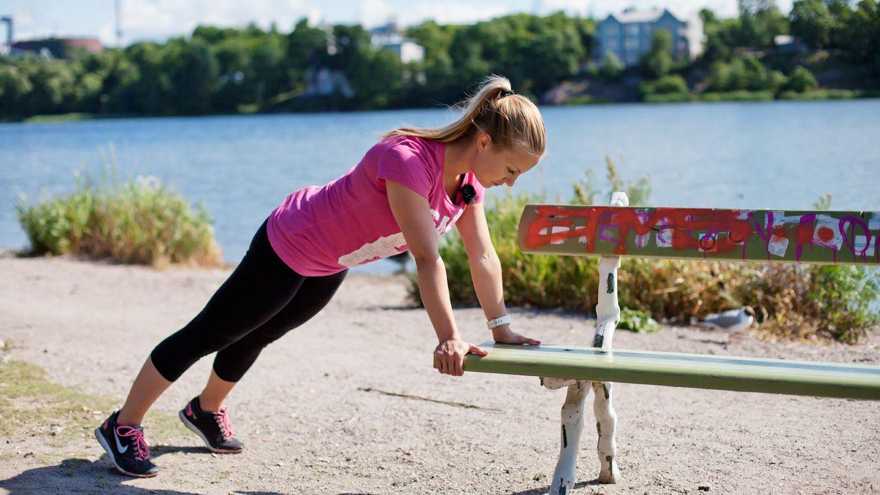 Workout you can make anywhere - push ups . Tee punnerrusliikettä neljä kierrosta, noin 15 toistoa per kierros.