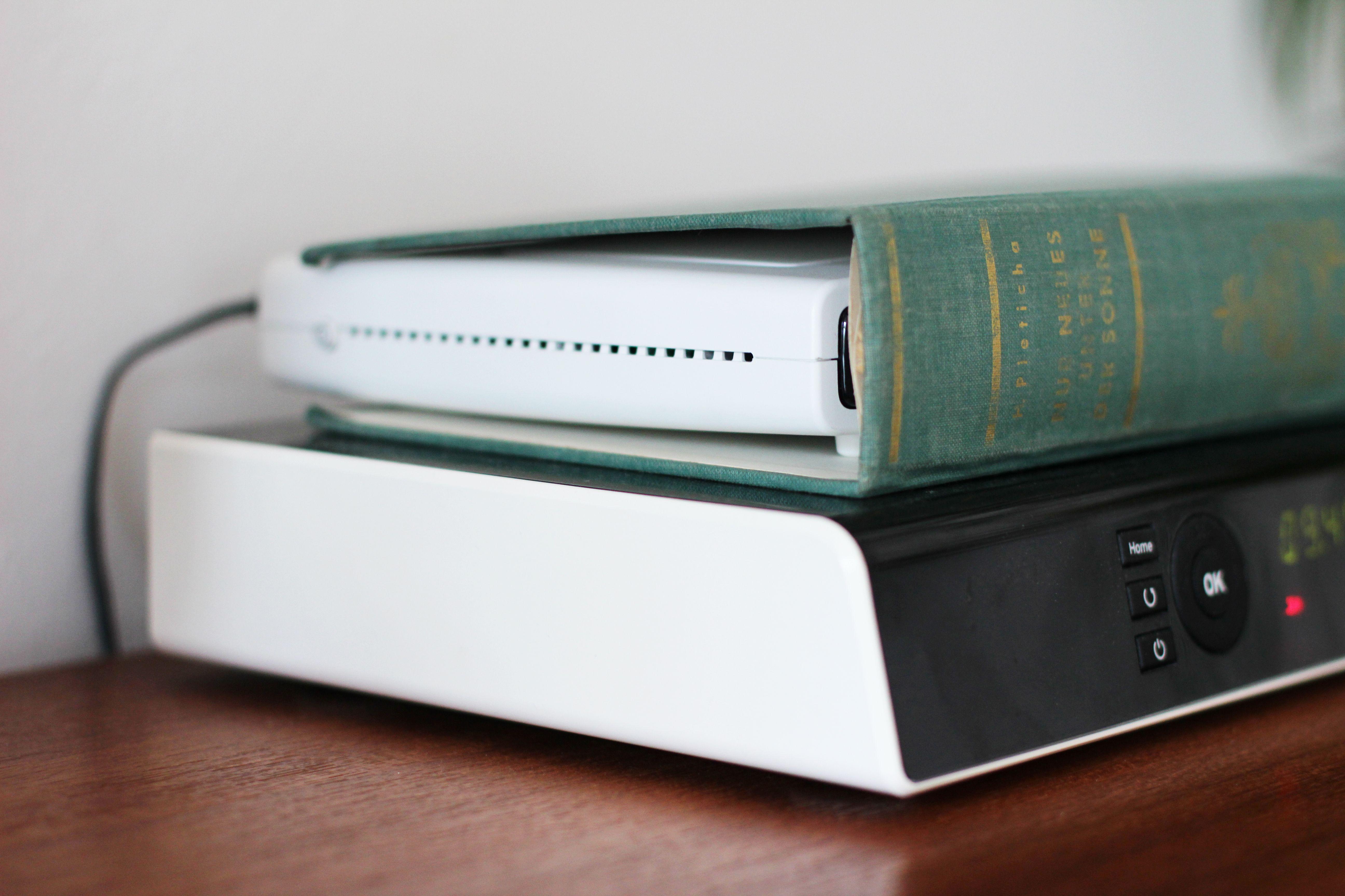 いらなくなった古い本の中身を切ってカバーだけを使います。中にはルーターが!