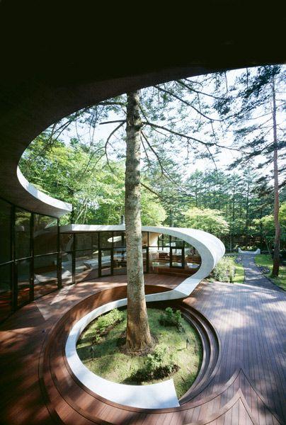 Futuristisch wohnen modernes wohnen jenseits urbaner for Modernes waldhaus