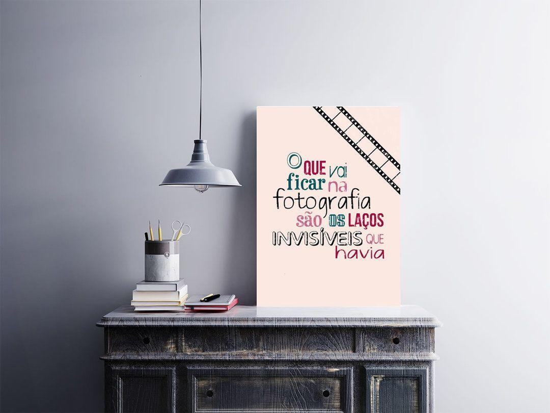 """""""O Que Vai Ficar na Fotografia São os Laços Invisíveis Que Havia""""  Pôster 30x40cm adesivado em placa de MDF 3mm.  Use sobre um móvel ou na parede, não precisa furar a parede, acompanha fita dupla face nas costas.  Esse e outros pôsteres você encontra em Arte em Pôster  http://bit.ly/2ep0cVg  #placa #adesivo #poster"""