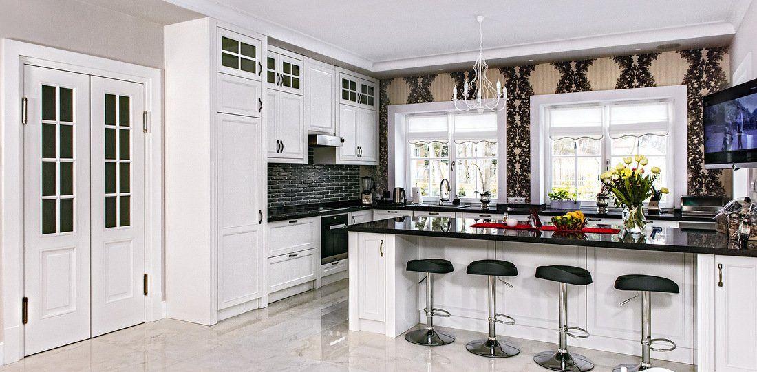 Nowoczesna Kuchnia W Stylu Glamour Proste Eleganckie Biale Meble W Polaczeniu Z Czarnymi Blatami Nadaja Charakter Pomie Kitchen Furniture Kitchen Home Decor