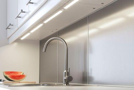il piano di una cucina illuminato da barre led | Barre Led ...