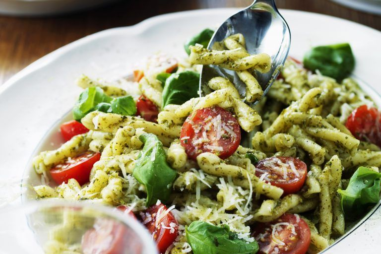 Pastasallad Med Pesto Och Parmesan Recept I 2020 Pastasallad