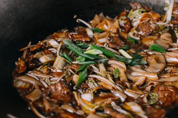 saucy beef chow ho fun noodles  opskrift