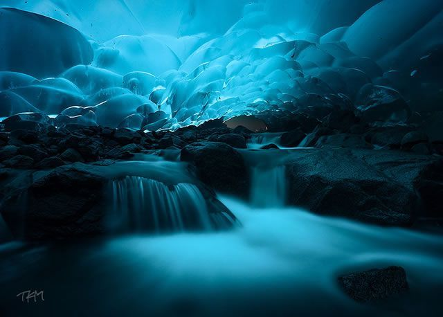 Cuevas de hielo Mendenhall, Alaska (EE.UU.) El Glaciar Mendenhall tiene aproximadamente 19 km de largo y se encuentra en Mendenhall Valley, a unos 19 km del centro de Juneau, en el sureste de Alaska. Una de las más impresionantes vistas del glaciar es su cueva de hielo extremadamente azul – la combinación de las fantásticas paredes de hielo con la luz solar proporcionan una vista increíble.