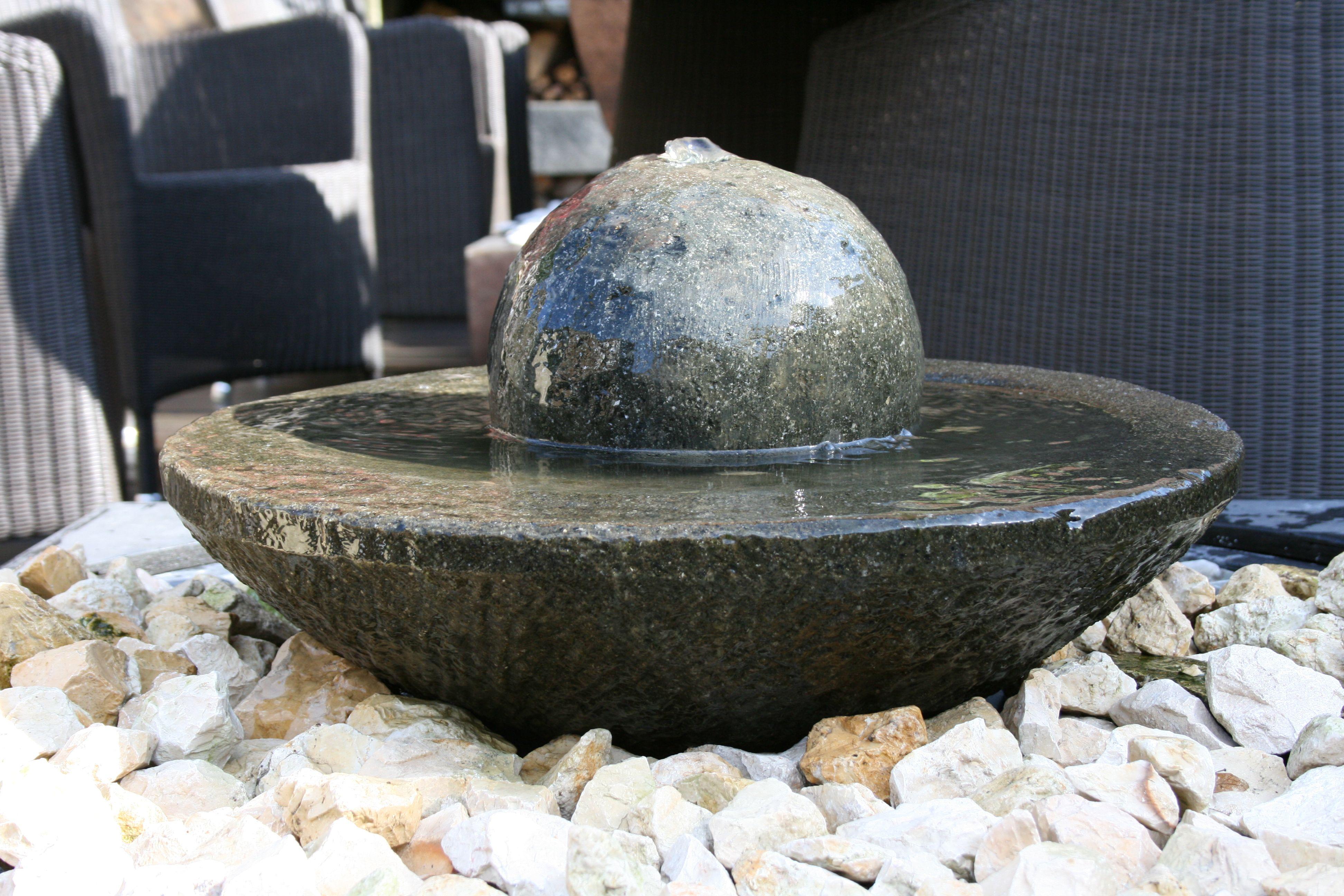 Hier Haben Wir Eine Flache Steinschale (50cm Durchmesser) Mit Einer  Gebohrten Steinkugel Kombiniert,