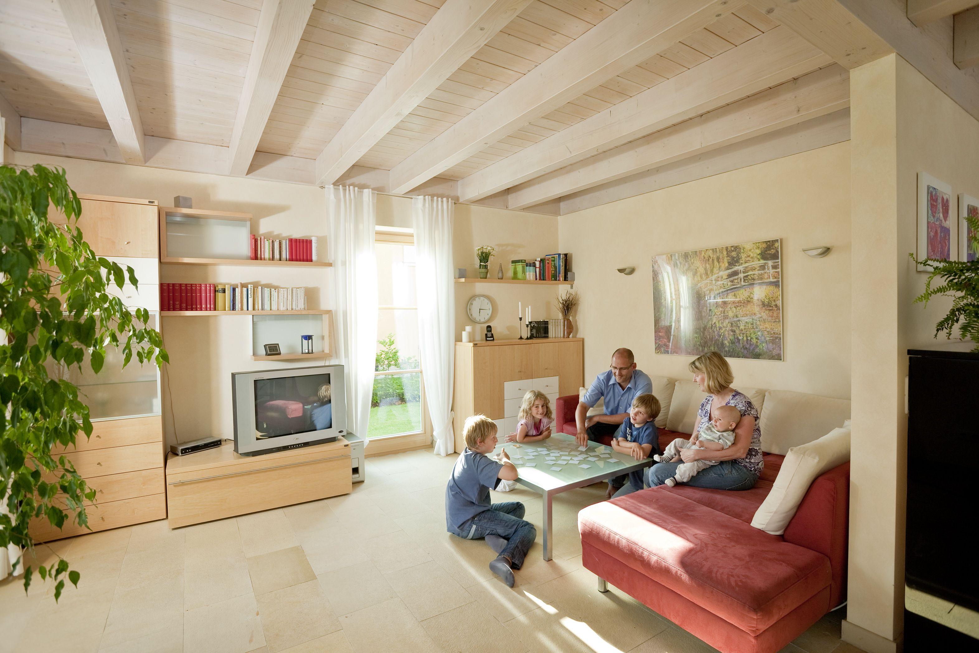 Offenes wohnzimmer mit heller sichtholzdecke holzhaus aumann ziemetshausen wohnzimmer holz - Wohnzimmer wanduhren holz ...