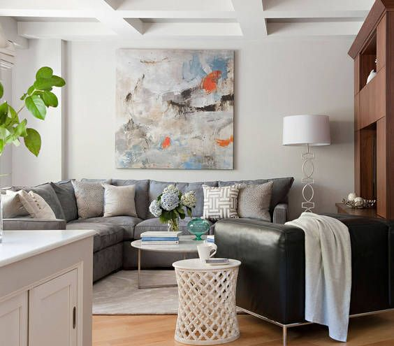Wohnzimmer Wand Kunst Graues Sofa Hellblaue Akzente