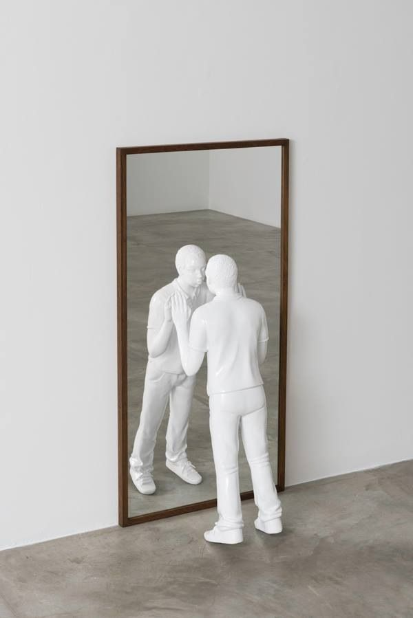 Before i forget myself, 2013 | eectrostatic paint on bronze, mirror and wood | 123 x 35 x 20 cm | photo by Edouard Fraipont