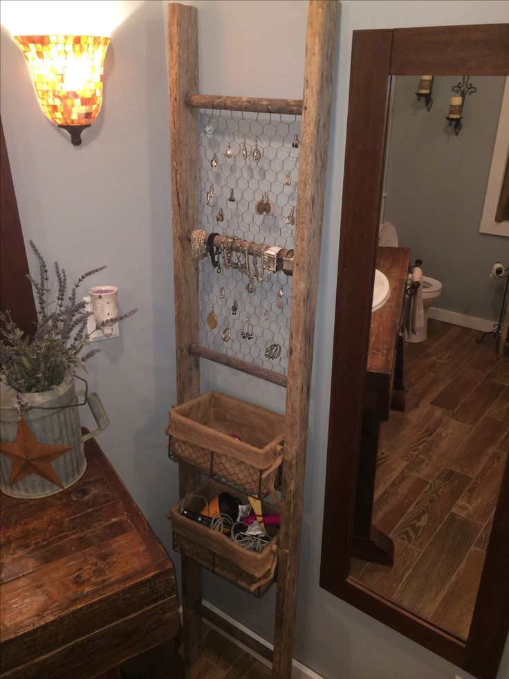 Alte Leiter für die Organisation des Badezimmers. Könnte den Waschtisch im 1/2 Bad mit Palettenholz erneuern und dann eine Leiter in der Ecke verwenden … Mehr