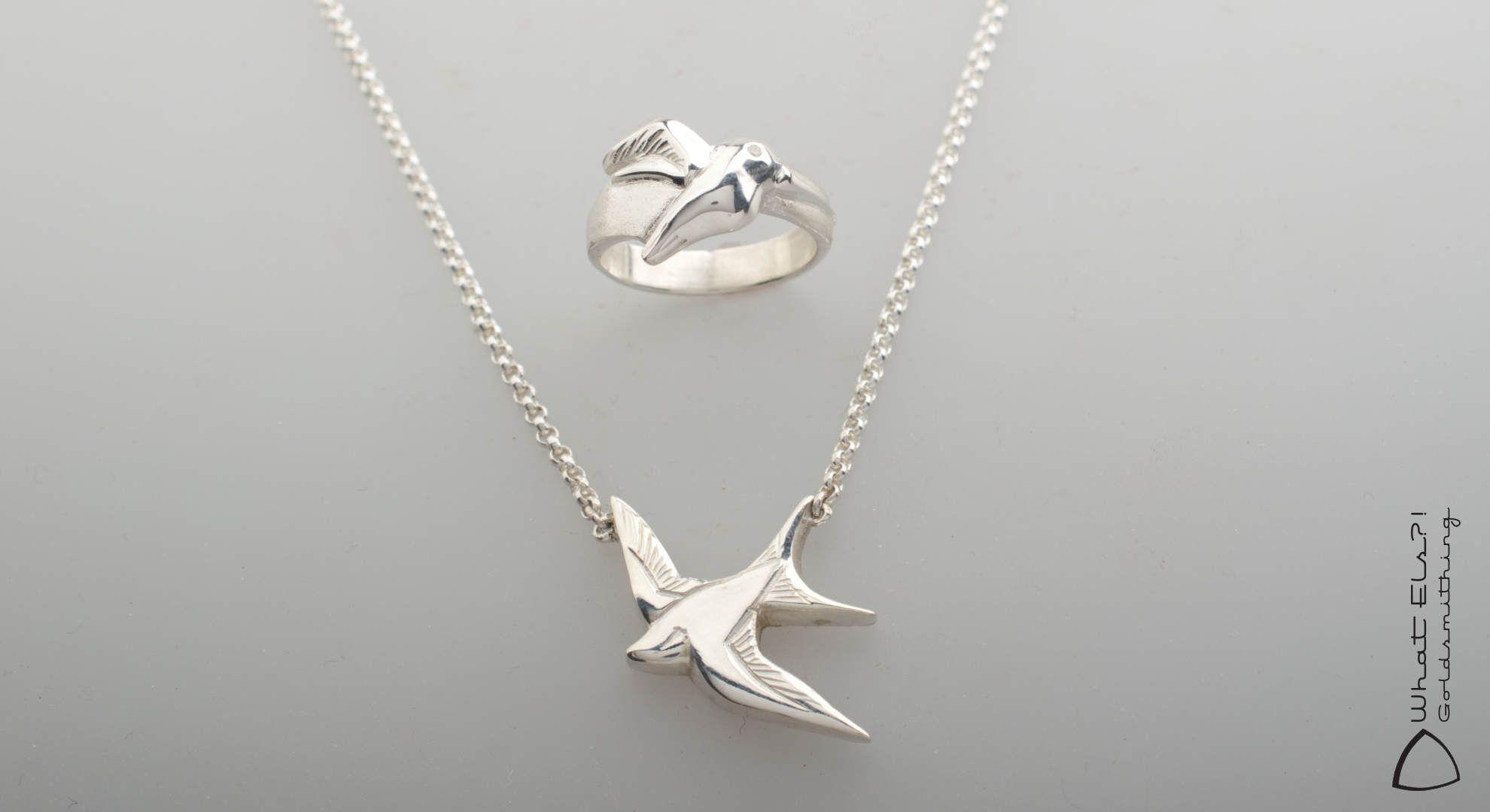 Assieraden van zilver, gemaakt van de armband van hun overleden vader, met de vogel centraal, een kolibri en een zwaluw