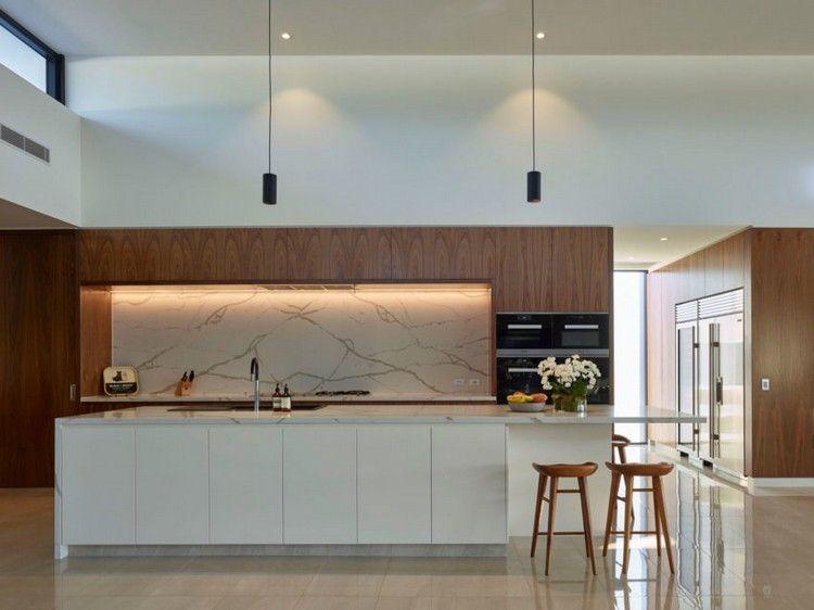 Küche mit Arbeitsplatten und Küchenrückwand aus Marmor Wohnideen