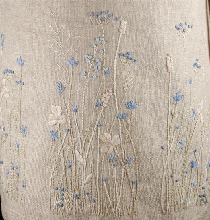 Fleur Bleue Stickerei … Elfenbein und hellblaue Seide. Nahe an einem monochromatischen Look. Schön.: - Stoffhandwerk #embroideryfloss
